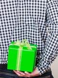 Mężczyzna chuje prezenta pudełko za plecy Urodzinowa niespodzianka Obrazy Royalty Free