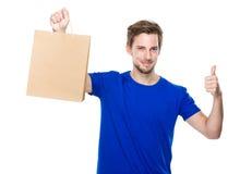 Mężczyzna chwyt z torba na zakupy up i kciukiem Zdjęcia Stock