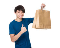 Mężczyzna chwyt z torba na zakupy up i kciukiem Zdjęcie Stock