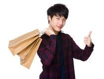 Mężczyzna chwyt z torba na zakupy up i kciukiem Fotografia Stock