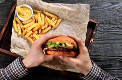 Mężczyzna chwyta hamburger w rękach obrazy royalty free