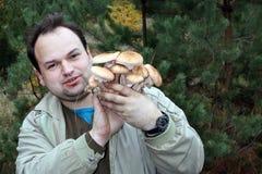 Mężczyzna chwyty w jego rękach mnóstwo pieczarki, znać jako miodowy grzyb zdjęcia royalty free