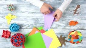 Mężczyzna chyłu papier robić origami zbiory