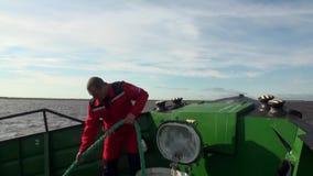 Mężczyzna ciągnień arkana na wyprawa statku w oceanie na Nowym Ziemskim Vaigach zdjęcie wideo