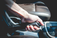 Mężczyzna ciągnie handbreak w samochodzie Obraz Royalty Free