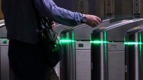 Mężczyzna ciągnie z torby mapę metro zdjęcie wideo