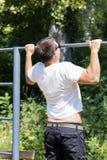 Mężczyzna ciągnienie up w parku Uliczny trening Fotografia Royalty Free