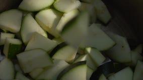 Mężczyzna cięć zucchini wolny zbiory wideo
