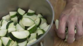 Mężczyzna cięć zucchini z noża zakończeniem up zbiory wideo