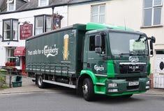 Mężczyzna ciężarowy dostarcza piwo zdjęcia stock