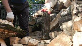 Mężczyzna ciapania drewno z cioską zbiory