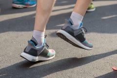Mężczyzna cieki na City Road dla Maratońskiej bieg rasy Obrazy Royalty Free