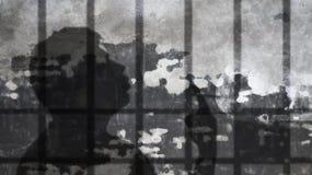 Mężczyzna cienia dymienie Pod więzienie barami Zdjęcie Stock