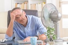 Mężczyzna cierpi od upału w biurze lub w domu Obraz Stock