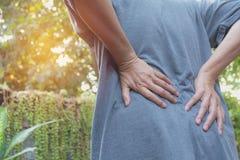 Mężczyzna cierpienie od backache, dordzeniowego urazu i mięśnia emisyjnego problemu, zdjęcie royalty free