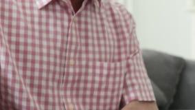 Mężczyzna cierpienie Z Parkinsons chorobą zdjęcie wideo