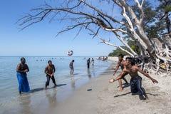 Mężczyzna cieszą się grę plażowa siatkówka na kazuaryny plaży w Jaffna regionie Sri Lanka Obrazy Stock