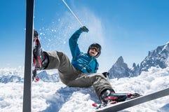 Mężczyzna cieszy się śnieżną nartę obraz royalty free