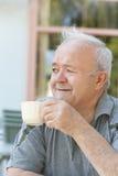 mężczyzna cieszy się kawę Fotografia Royalty Free