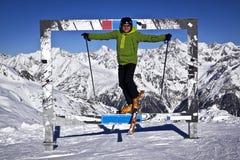 Mężczyzna cieszy się narciarstwo Fotografia Stock