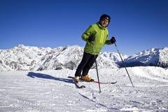 Mężczyzna cieszy się narciarstwo Obrazy Royalty Free
