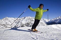 Mężczyzna cieszy się narciarstwo Fotografia Royalty Free