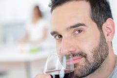 Mężczyzna cieszy się szklanego czerwone wino zdjęcia royalty free