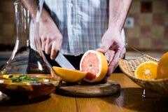 Mężczyzna ciie świeżych grapefruits zdjęcie royalty free