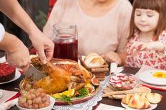 Mężczyzna ciie daleko kawałek pieczony Turcja przy stołem zdjęcie stock