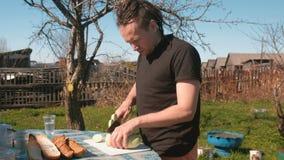 Mężczyzna ciie zucchini w podwórku zdjęcie wideo