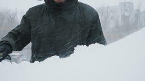 Mężczyzna cleaning śnieg od samochodu zdjęcie wideo