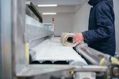 Mężczyzna cleaning dywan Zdjęcia Stock