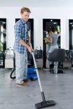 Mężczyzna cleaning fryzjera męskiego sklep obrazy royalty free