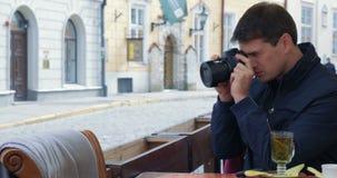 Mężczyzna Cleaning kamery obiektyw I brać obrazki zbiory wideo