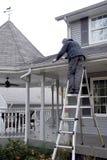 Mężczyzna cleaning okapów synkliny Fotografia Royalty Free