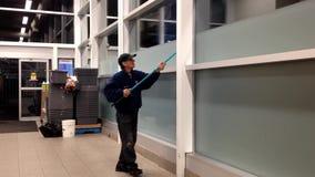 Mężczyzna Cleaning okno