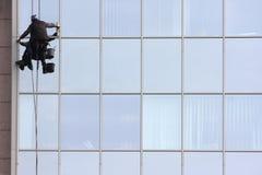 Mężczyzna cleaning okno na korporacyjny bouilding obraz royalty free