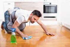 Mężczyzna cleaning podłoga Zdjęcia Royalty Free