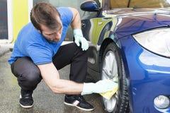 Mężczyzna cleaning samochód z sponger zdjęcie royalty free