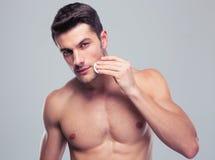 Mężczyzna cleaning twarzy skóra z uderzać bawełnianych ochraniaczów obrazy royalty free