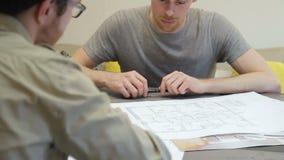 Mężczyzna considering rysować z zdumionym spojrzeniem który oferuje projektanta, zbiory wideo