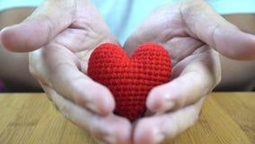 Mężczyzna cupped ręki pokazuje jeden czerwonego serce zbiory wideo