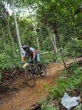mężczyzna cyclin podczas rower górski rasy fotografia stock