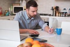 Mężczyzna cyrklowania rachunki i podatku koszt fotografia royalty free