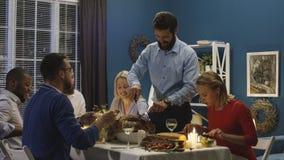 Mężczyzna cyzelowania indyk na wakacyjnym gościu restauracji obraz royalty free