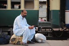 Mężczyzna czeka przy stacją, pociągi opóźniający. zdjęcia royalty free