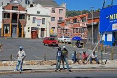 Mężczyzna czekają jakaś pracę na ulicie w Kapsztad, Południowa Afryka Zdjęcie Royalty Free