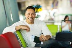 Mężczyzna czekania lot Obraz Stock