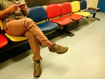 Mężczyzna czekanie dla spotkania z jego smartphone Zdjęcia Royalty Free