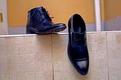 Mężczyzna czerni buty czytający będącymi ubranym Obraz Stock